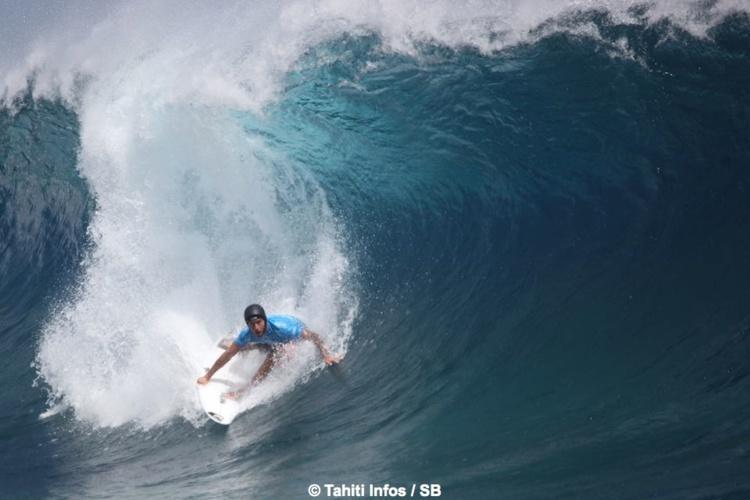 Jérémy Florès a un style de surf élégant et efficace
