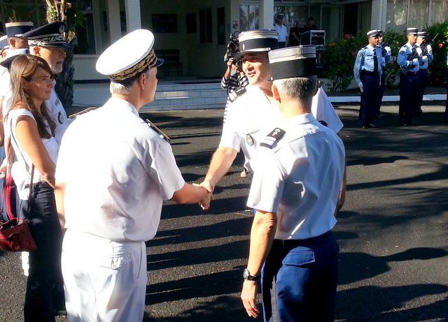 Le lieutenant-colonel Atger salue le haut-commissaire Lionel Beffre et les autorités civiles et judiciaires.