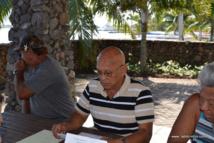 Jean-Marc Bernière, secrétaire de la chambre syndicale des métiers du génie civil et des travaux publics et quelques-uns des entrepreneurs qui interviennent dans le curage des rivières en conférence de presse ce lundi matin dans les jardins de Paofai, à quelques centaines de mètres du sit-in des associations de défense des rivières.