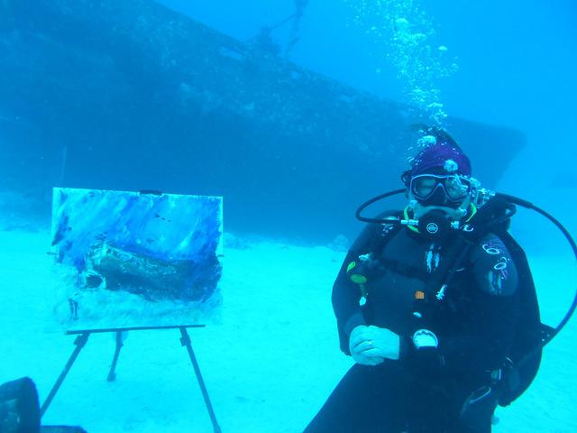 Ils sont 6 peintres sous-marins dans le monde dont Marion H. Gérard, actuellement au fenua
