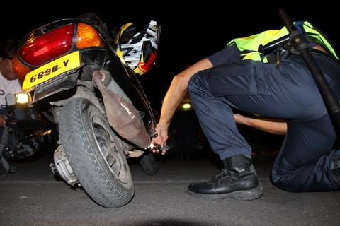 Les policiers contrôlent tous les numéros de série, du cadre au moteur, pour vérifier que l'engin ne comporte pas de pièces volées.