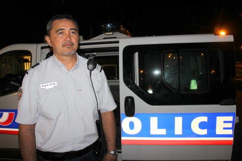 """Le commandant Tamatea Tuheiava dirigeait l'opération vendredi soir. Son objectif: """"Contrôler un maximum de véhicules pour juguler l'explosion des vols""""."""