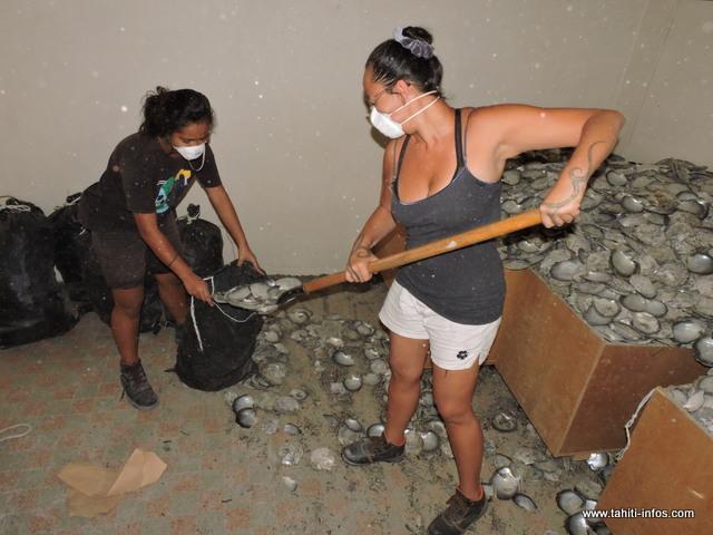 Heiata et son amie nettoient tout de fond en comble avant le jour J