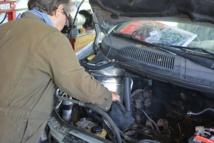 En pratique, le garage participatif permet à la fois de réparer son véhicule à moindre coût, mais aussi d'acquérir des compétences en mécaniques.