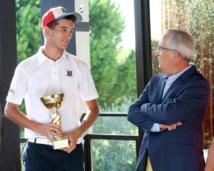 Théo Carlotti et le président de la ligue de golf.