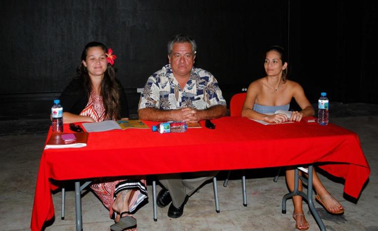 Le ministre de la Culture Heremoana Maamaatuaiahutapu a présenté ce matin, en compagnie d'Hinatea Ahnne (à gauche sur la photo), nouvelle directrice de la Maison de la Culture, les nouveaux aménagements du Petit Théâtre. (Photo : TFTN)
