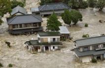 Une ville japonaise brusquement envahie par une rivière en furie