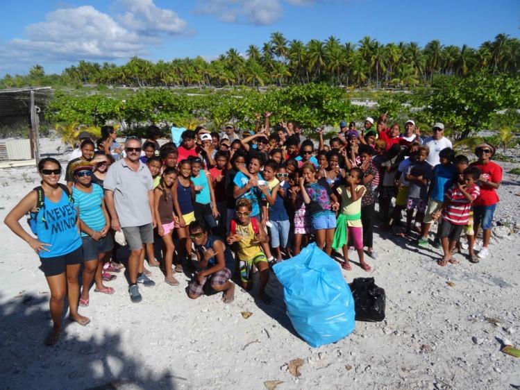"""80 élèves ont participé à l'opération """"Marche pour ton atoll propre"""", organisée par l'association sportive du collège de Makemo."""