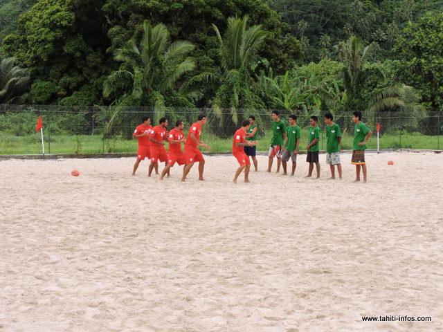 Fascinés par le parcours des Tiki Toa, les jeunes élèves du CJA de Tautira restent admiratifs face au haka de nos champions