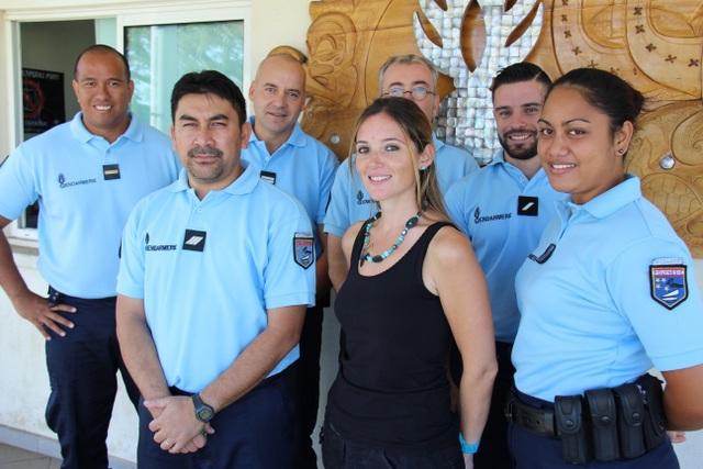 Erell Cahagnon (au centre) travaille en étroite collaboration avec les forces de l'ordre, ici les gendarmes de la brigade territoriale du camp de Faa'a.