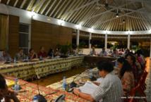 Le conseil municipal de Papeete s'est réuni exceptionnellement, mardi soir, sous le fare potee des jardins de la mairie en raison de travaux en cours dans la salle du conseil.