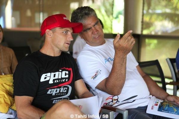 Gordon Barff, vice président de la fédé, avec le N°1 mondial Sud Africain Jasper Mocke