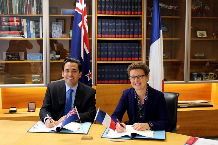 L'accord relatif au transport aérien entre le Gouvernement de la République française et le Gouvernement de la Nouvelle-Zélande a été signé le 22 septembre 2015 entre Simon Bridges et Mme Florence Jeanblanc-Risler, Ambassadrice de France en Nouvelle-Zélande
