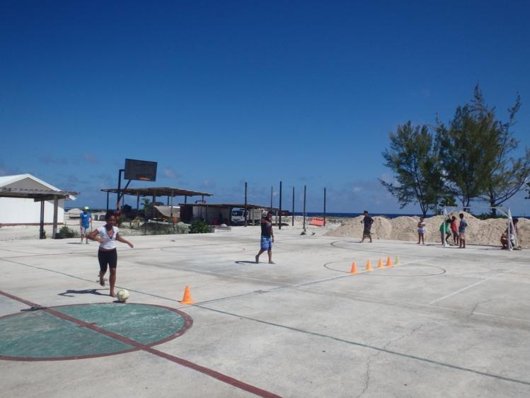 Sur le terrain de sport, des matches de futsal ont été organisés