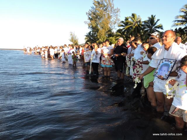 Après les messages de réconforts, tout le monde s'est retrouvé au bord de l'eau afin de rendre un dernier hommage aux trois petits anges.