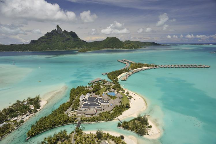 A Bora Bora, sur le motu Ome'e, l'hôtel Saint-Régis a obtenu en mai 2014 l'autorisation d'installer une centrale solaire photovoltaïque de 130 kWc, mais un an plus tard le même hôtel via la société Eco Energy n'a pas été autorisé à mettre en place une nouvelle génération de centrale solaire d'une capacité de production près de huit fois supérieure.