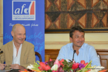 Thierry Paulais, le directeur de l'AFD en Polynésie et Nuihau Laurey le vice-président du Pays, signaient hier la convention pour un emprunt de 2,9 milliards de Fcfp pour couvrir les financements des investissements 2015.