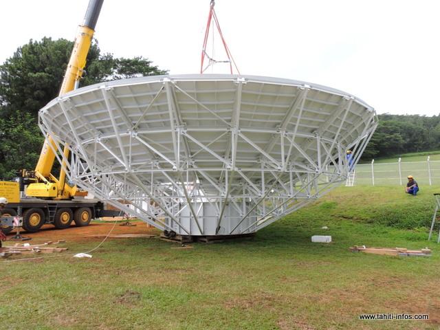 Cette parabole pèse 6 tonnes et elle a été entièrement construite avec de l'aluminium.