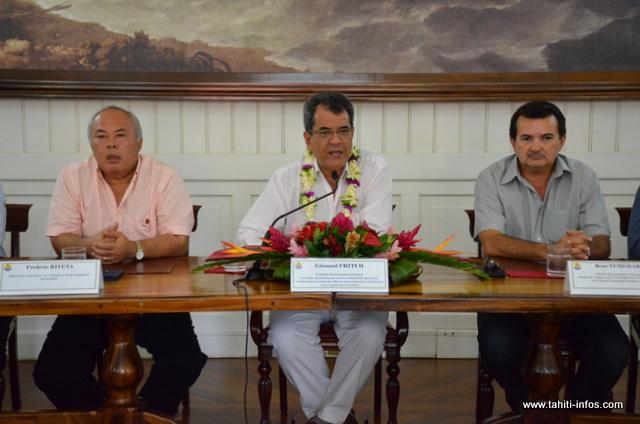 Le Président Edouard Fritch entouré des ministres démissionnaires Frédéric Riveta et René Temeharo, jeudi 8 octobre à la Présidence.