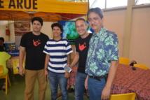 Thierry Lehartel et Marc Collins, co-fondateurs de Smart Tahiti Networks qui lance FireChat en Polynésie ; Philip Schyle le maire de Arue qui déploie l'application dans sa commune.