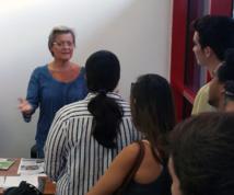 Nathalie Montelle, rédactrice en chef de Tahiti Infos avec les étudiants en communication de l'Isepp lors de la visite des locaux du journal à Fare Ute.