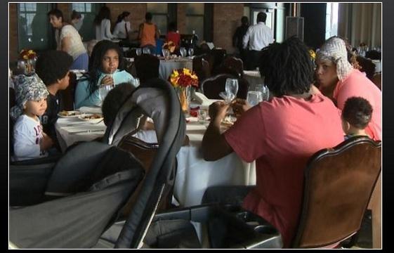 Plaquée le jour de son mariage, la fiancée invite des sans-abri au banquet