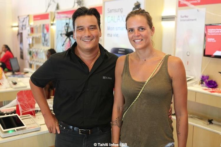 Laure Manaudou avec Patrick Moux, directeur général de Vodafone.