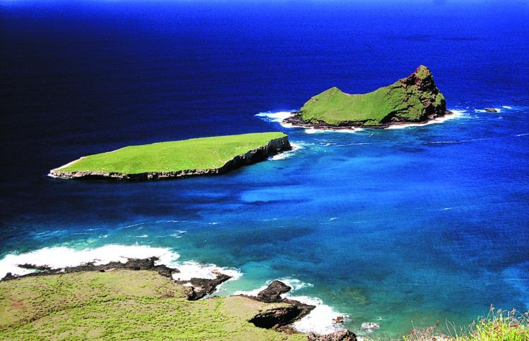 Les deux motu aux oiseaux de Ua Huka,Teuaua et Hemeni, vus des falaises de la côte.