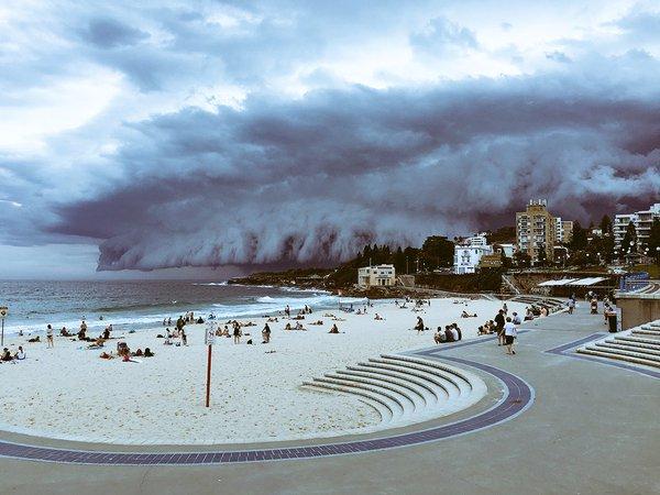 Une «vague venue du ciel» déferle sur Bondi Beach