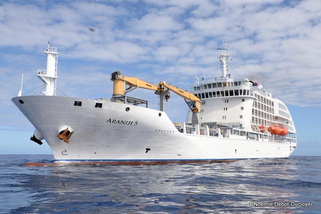 Entrée du bateau dans la passe de Papeete ce matin. Il est parti de Chine depuis 18 jours.