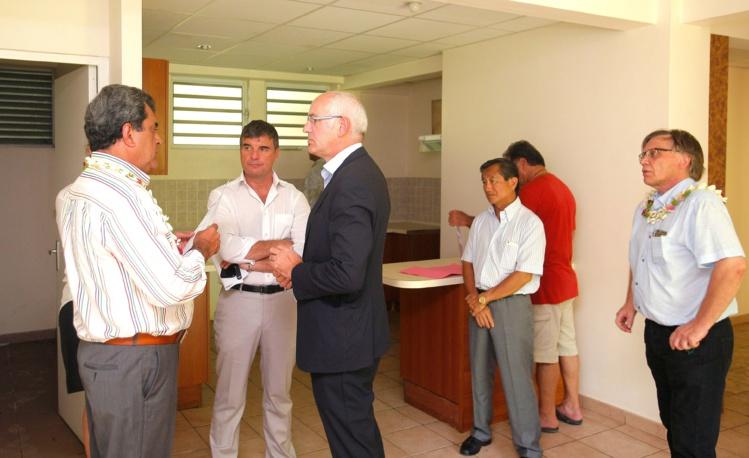 Thierry Repentin, délégué interministériel national à la mixité sociale dans l'habitat visite les logements vides de la cité Grand de Pirae avec Edouard Fritch.