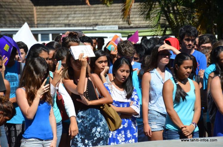1300 lycéens observent une minute de silence à Gauguin