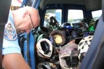 La gendarmerie avait procédé le mois dernier à la destruction d'une centaine de casques non homologués, rappelant la nécessité de bien s'équiper en deux-roues.