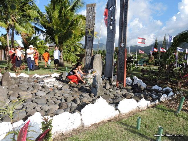 Des membres de l'équipage se sont rendus cet après-midi devant la stèle dédiée aux victimes des essais nucléaires, pour y déposer une gerbe