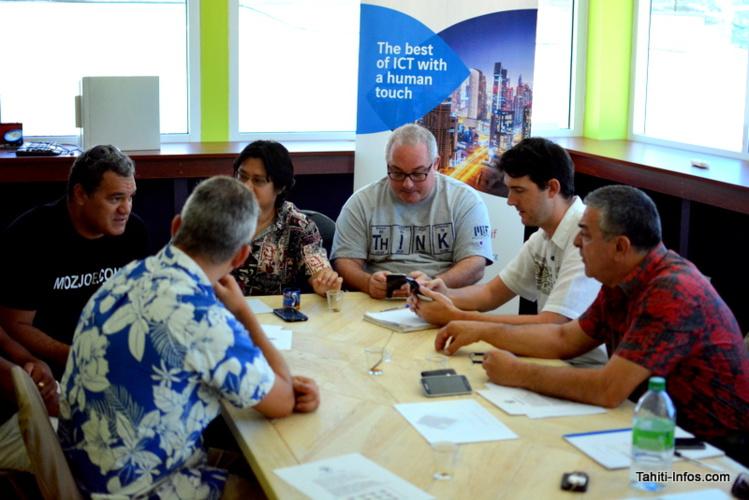Les mentors de la Banque de Tahiti et d'Axians discutent avec le fondateur de MozJob.com