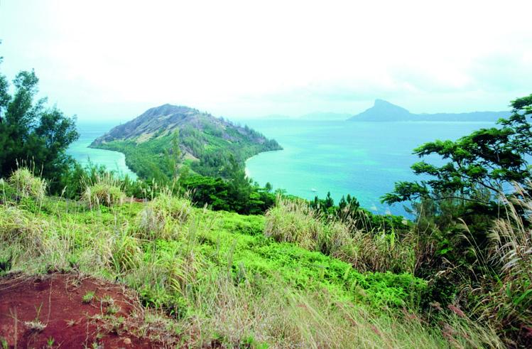 L'immense lagon des Gambier sert d'écrin à plusieurs grandes îles, dont trois méritent vraiment une visite, Aukena, Taravai et Akamaru. Ici, une vue partielle du lagon, vu du sommet de Aukena.