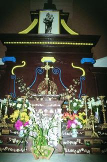 Bois précieux, nacres, dorures, rien n'était trop beau pour le chœur de l'église de Akamaru.