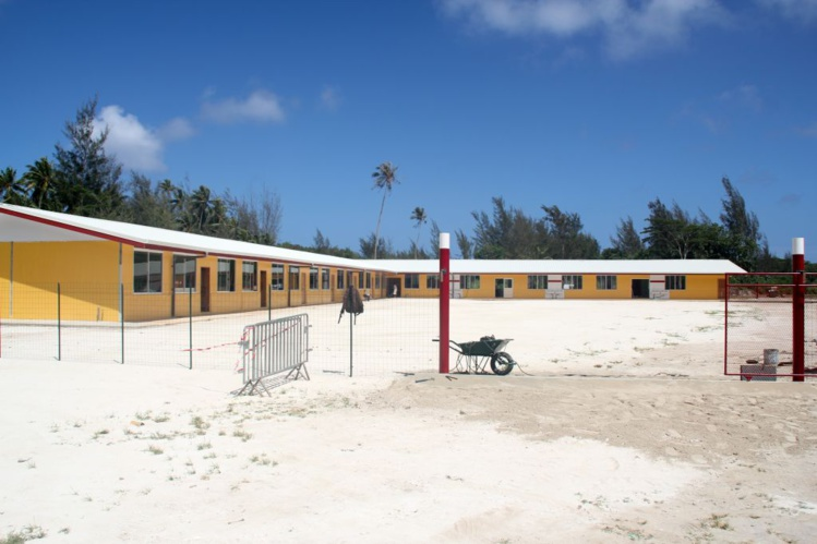 La nouvelle école, à gauche les salles de classe, à droite salle de direction et réfectoire pour 180 élèves