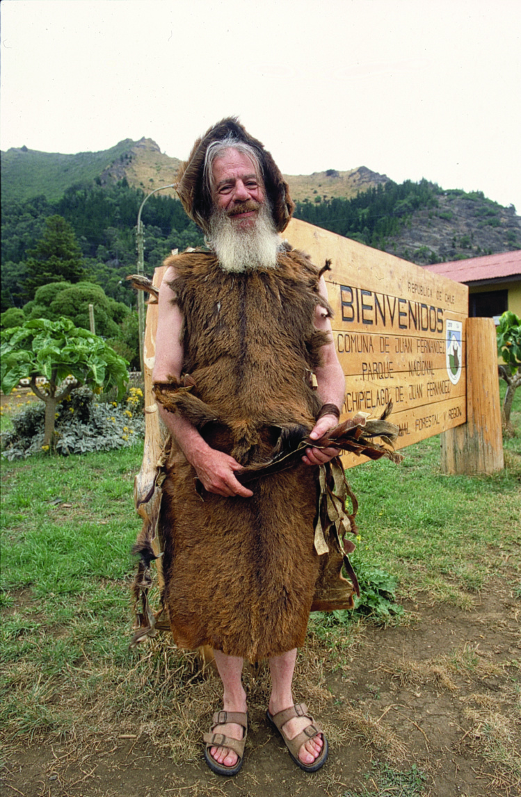 Jusqu'en 2010, un vieil habitant de l'île de Robinson Crusoé accueillait, ainsi vêtu, les passagers des rares paquebots à ancrer dans la baie de Cumberland, devant le petit village de San Juan Bautista.