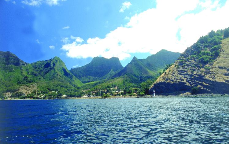 La baie de Cumberland et, à l'arrière-plan, le petit village de San Juan Bautista, dévasté le 27 février 2010 par un tsunami.