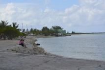 Pendant 30 ans, Hao été la base arrière du CEP et l'atoll a été pollué mais les habitants ont continué de consommer sans avoir conscience des éventuels dangers tous les produits locaux : poissons et coco notamment.