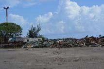 Des métaux entassés issus de la démolition des anciens bâtiments de l'armée attendent d'être évacués de l'atoll (photo effectuée en mai 2015).