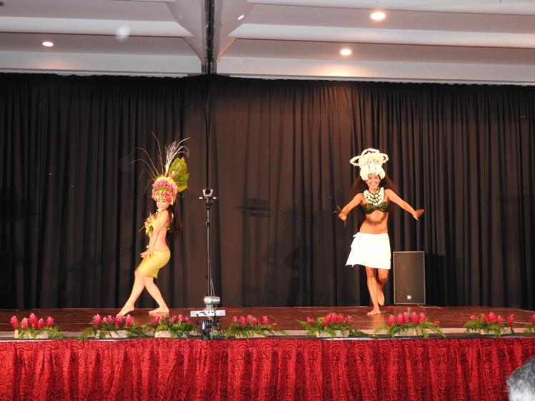 Les étrangères maîtrisent la danse traditionnelle à la perfection.