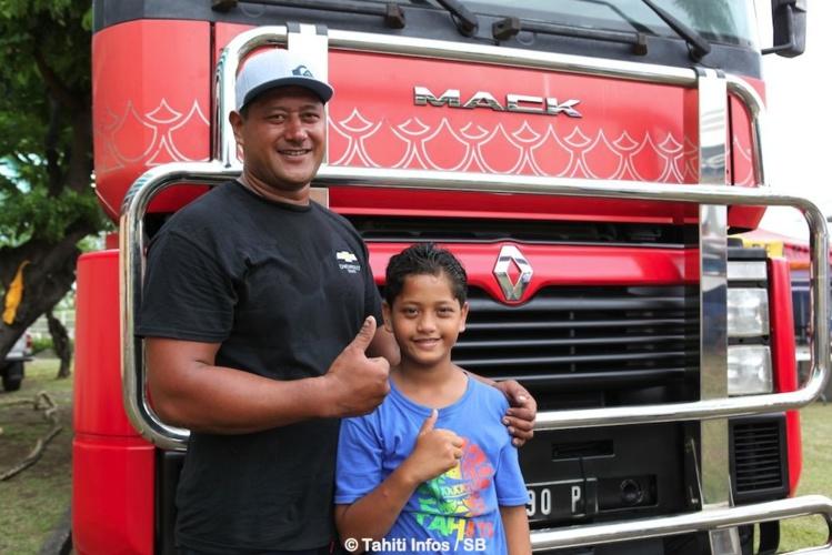 Eriatara Ratia, un athlète polyvalent, ici avec son fils