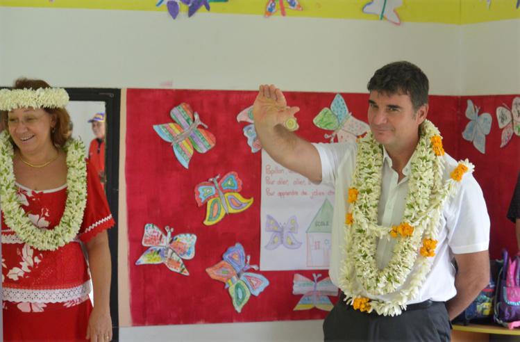 Hinano Faahu, la directrice de l'Ecole Primaire de Faaroa fait visiter son établissement au Chef des Subdivisions administratives des Iles du Vent et des Iles Sous Le Vent