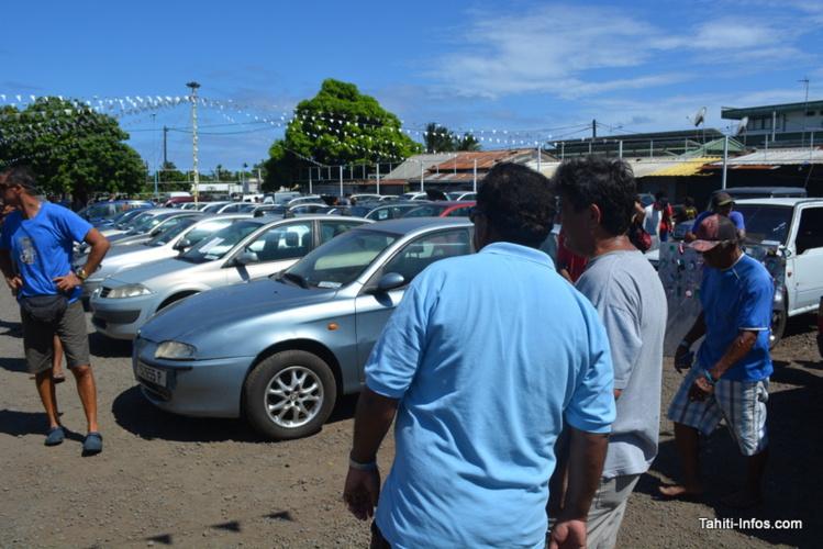 Plus de 300 enchérisseurs se sont arrachés voitures et pièces détachées se samedi à Faa'a. Ici, deux acheteurs contemplent le parking après la fin de la vente.