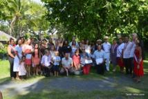 La photo de famille des nouveaux citoyens français dans les jardins du Haut commissariat et en compagnie de leurs tavana.