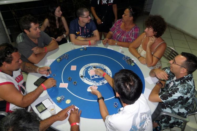La table finale de l'édition 2014 du tournoi de Texas Hold'em du Tahiti Poker Tour en faveur du Téléthon.