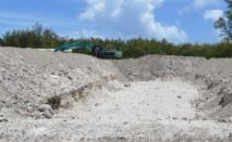 En mars 2015, des travaux de terrassement pour installer une unité de traitement par biotertre avaient provoqué la polémique à Hao. On s'aperçoit aujourd'hui que ce mode de traitement nécessite aussi des ajustements juridiques et réglementaires du Code de l'environnement de Polynésie française.