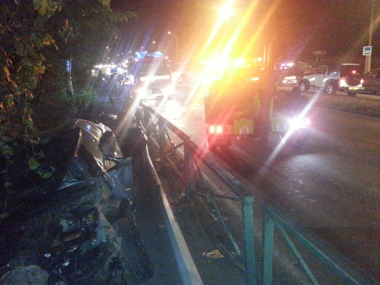 L'une des voitures a décollé pour finir sa course dans le bas côté après être passée par dessus la rambarde métallique, mettant par terre au passage l'un des lampadaires d'éclairage public.